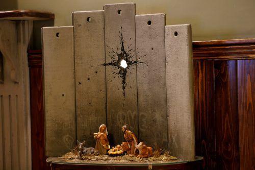Banksys Krippen-Installation lockt die Besucher in Scharen. reuters