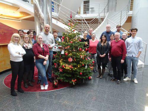Bei BHM Ingenieure in Feldkirch steht heuer ein Christbaum mit Wunschzettel, auf den Kinder aus Familien, die nicht viel Geld haben, einen Herzenswunsch aufschreiben. Die Mitarbeiter haben bereits viele Geschenke unter den Baum gelegt. FA