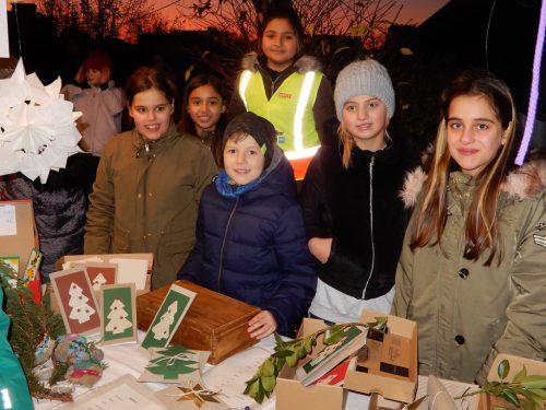 Beim Adventbasar wurden fleißig weihnachtliche Kunstwerke verkauft.cth