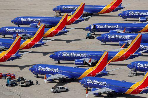 Boeing setzt die Produktion des Krisenjets 737 MAX angesichts der hohen Ungewissheit um eine Wiederzulassung ab Jänner vorübergehend aus. reuters