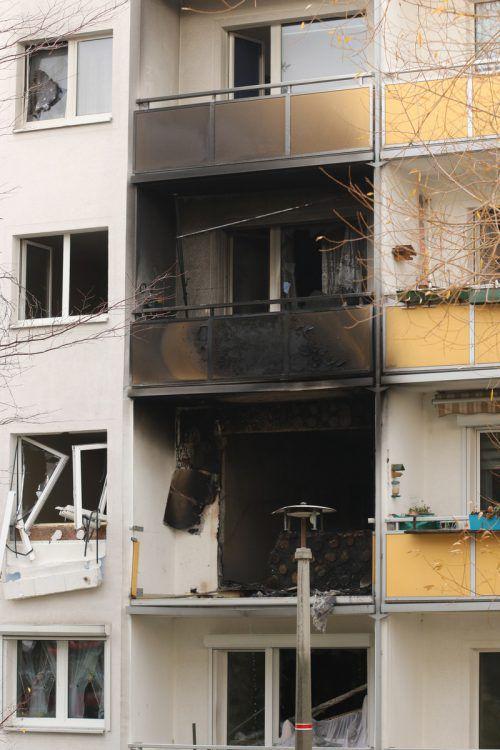 Das Gebäude wurde evakuiert. Die Statik des Plattenbaus muss überprüft werden. dpa