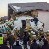 Passagierflugzeug kracht in ein Gebäude – viele Überlebende