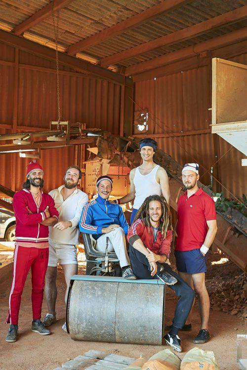 Das Ski Schuh Tennis Orchestra bestreitet ein Freundschaftsspiel vor voller Hütte.SSTO