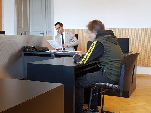 Der Angeklagte vor Gericht mit seinem Verteidiger Markus Walla. Eckert