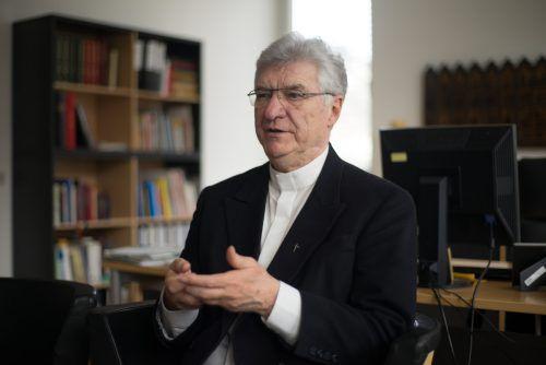 Der ehemalige Dompfarrer Rudi Bischof wird von der Stadt Feldkirch geehrt. VN