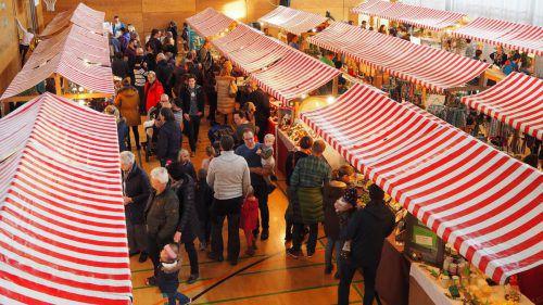 Der Frödischsaal bietet dem Adventzauber einen wettersicheren Standort. Auf Marktstände müssen die Besucher aber deshalb nicht verzichten. Egle