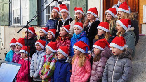 Der Kinder- und Jugendchor Voices sorgte mit seinem Auftritt für viel Applaus am Adventmarkt Weiler. egle