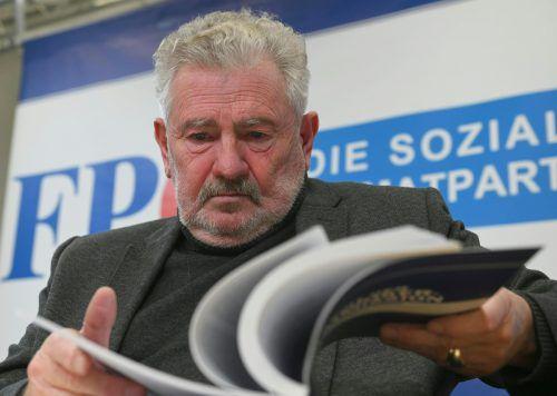 Der Koordinator der Historikerkommission, AndreasMölzer, wies alle Vorwürfe zurück. Es könnekeineswegs von Unwissenschaftlichkeit gesprochen werden.APA