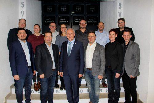 Der neu gewählte Ausschuss des Musikvereins Lochau mit dem zum Ehrenvorstand ernannten Wolfram Baldauf. schallert