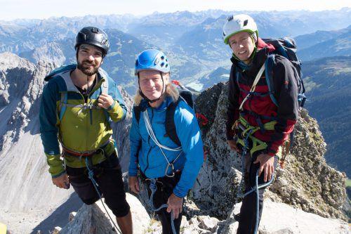 Der Vorarlberger Sportkletterer Beat Kammerlander (Mitte) war den Freeridern bei der Auswahl des Gipfels behilflich.