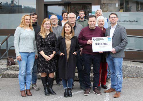 Die Absolventen der Gesundheits- und Krankenpflegeschule Rankweil überreichten kürzlich den Scheck über 8000 Euro an Vertreter des Vereins Omnibus.KHBG