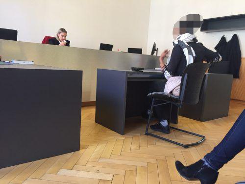 Die Angeklagte zeigt sich vor Richterin Kathrin Brückl nur teilgeständig, die Aussagen zwischen angeblichem Täter und Opfer sind konträr. vn/gs