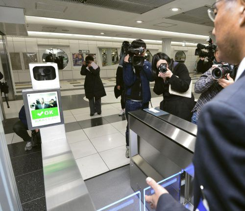 Die Bahnsteigsperre soll das gespeicherte Gesicht automatisch erkennen. AP