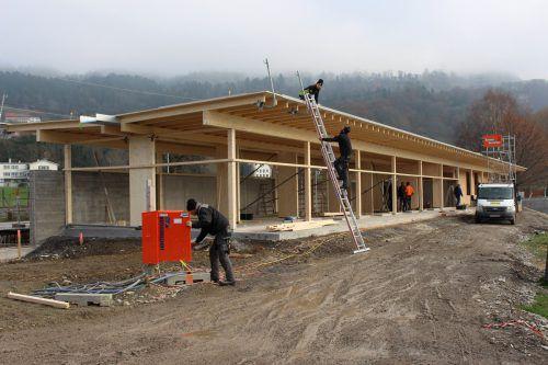 Die Baumeister- und Holzbauarbeiten sowie die Dacheindeckung ist fertig. bms