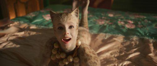Die britische Balletttänzerin Francesca Hayward spielt Victoria und überzeugt dabei auch gesanglich. ap