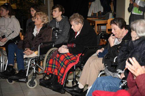 Die Ehrengäste aus dem Pflegeheim verfolgten gespannt die diesjährige Projektschau der HTL Dornbirn.cth