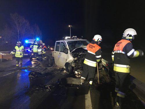 Die Einsatzkräfte am Unfallort auf der Bregenzerwaldstraße zwischen Reuthe und Bezau. vol.at/Mayer