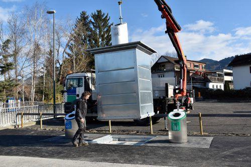 Die Entleerung der neuen unterirdischen Container am Bahnhof Rankweil erfolgt mittels Kran-Lkw. Marktgemeinde Rankweil