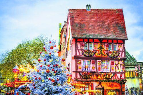 Die Fachwerkhäuser werden in der Adventzeit festlich dekoriert. shutterstock