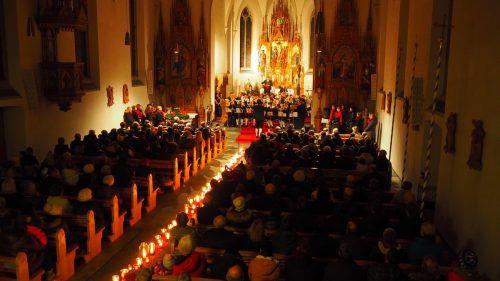 Die Fraxner Pfarrkirche bot, mit vielen Kerzen beleuchtet den perfekten Rahmen für das gemeinsame Adventkonzert. Egle