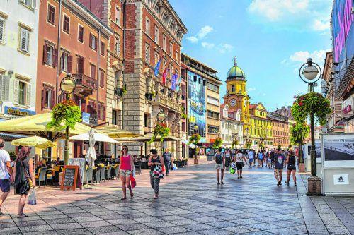 """Die Haupteinkaufsstraße """"Korzo"""" erinnert mit ihren schönen Häusern daran, wie reich Rijeka einst war. Shutterstock (5)"""