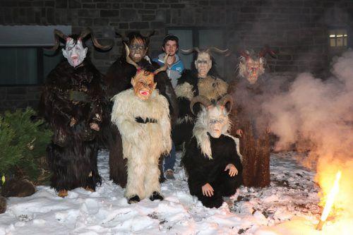 Die Jugend-Krampusgruppe wird am Samstag ihre neuen Masken präsentieren, die sie unter der Anleitung von Simon Madlener erstellt hat. mek