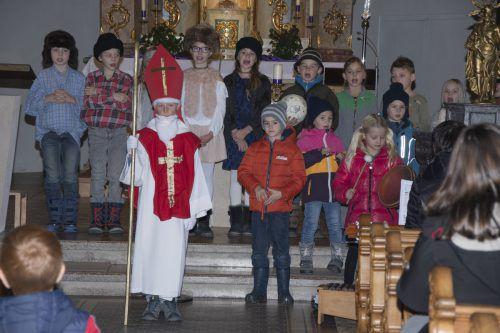 """Die Kinder der Volksschule Schoppernau führten das Musical """"Der Mann mit Bart und Bischofstab"""" auf.mam"""