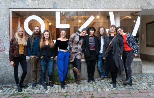 Die neun Freunde vor dem Kollektiv Raum in der Maurachgasse 1.Kollektiv Raum