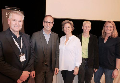 Die Referentin Margot Maaß (Mitte) mit Gruppenleiter Konrad Klammer, Bgm. Dieter Egger, sowie den Stadträten Patricia Tschallener und Angelika Benzer. tf