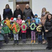 Kinder spenden 100 Euro ans Kloster