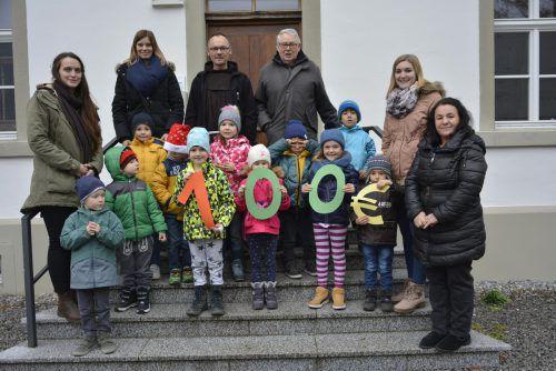 Die Zahl 100 haben die Kinder für das Foto selbst gebastelt. eh