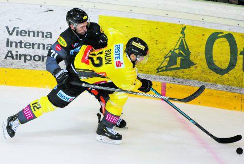 Dornbirns Kevin Macierzynski setzt Wien-Stürmer Kyle Baun unter Druck.gepa