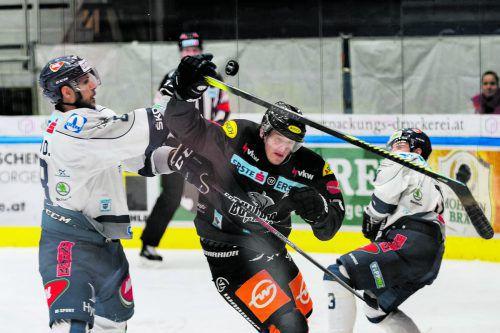 Dornbirns Simeon Schwinger versucht sich gegen die Fehervar-Cracks Daniel Szabo und Mikko Lehtonen durchzusetzen.Stiplovsek