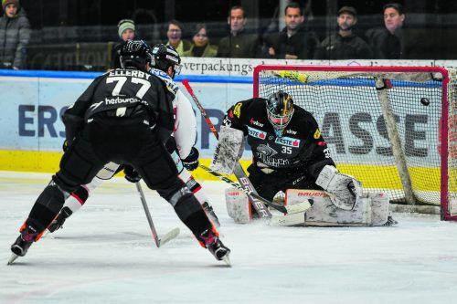 Dornbirns Verteidiger Keaton Ellerby kommt zu spät, Znojmo Stürmer Aaron Berisha trifft gegen Juha Johannes Järvenpää zum 1:0.gepa