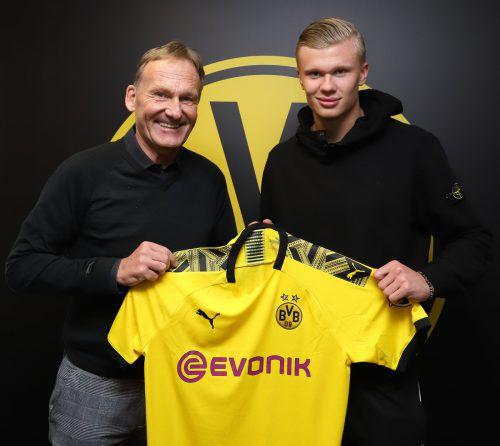 Dortmunds Geschäftsführer Hans-Joachim Watzke und Neuverpflichtung Erling Haaland bei der Vertragsunterzeichnung.apa
