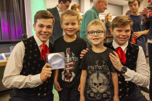 Ein Erinnerungsfoto mit den jüngsten Fans: Julian und Emanuel Meznar begrüßten Gabriel und Valentin herzlich.