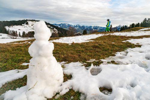 Ein langes Leben scheint diesem Schneemann am Bödele nicht gegönnt. Die Mildfront ist noch nicht am Höhepunkt . VN/Stiplovsek