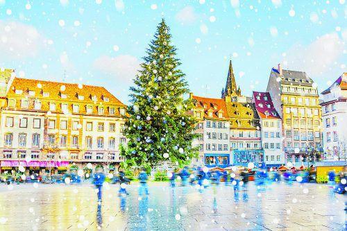 Ein riesiger Weihnachtsbaum ziert jedes Jahr die Place Kléber in Straßburg.Shutterstock