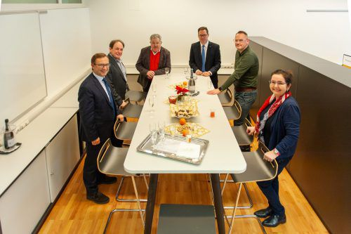 Ein sehr brauchbares Weihnachtsgeschenk erhielten die Schüler der HAK Bregenz vom Büroexperten Paterno und den Sparkassen Bregenz und Dornbirn. FA