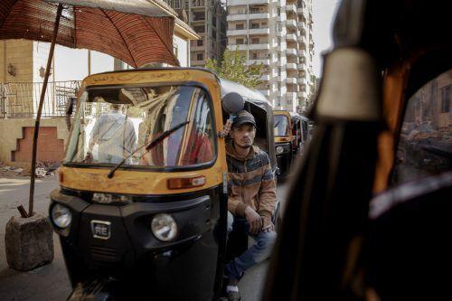 Ein Tuk-Tuk-Fahrer bahnt sich seinen Weg durch den Verkehr in Kairo. AP
