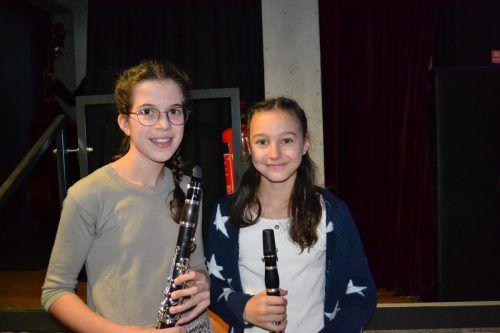 Enya Zech und Johanna Marie Fitsch spielten im Holzbläserensemble mit.