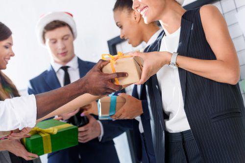 Es gibt gute Gründe, warum man Mitarbeiter mit einem kleinen Weihnachtspräsent überraschen sollte, und außerdem steuerliche Vorteile.