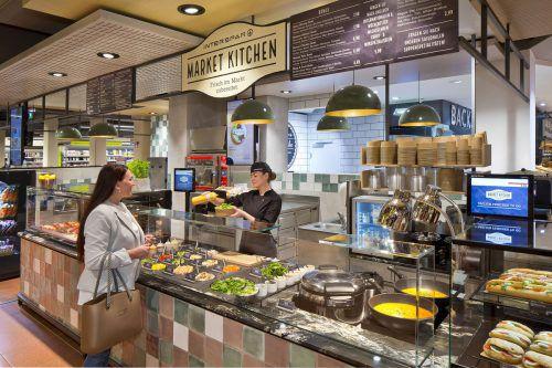 Frisch gekocht wird ab sofort im Interspar Bregenz. Market Kitchen heißt das neue Gastronomie-Konzept, das frisch im Markt zubereitete Gerichte zum Mitnehmen bietet. Neben Bowls, Currys und Suppen gibt es dort auch Brote oder Schnitzel. Der komplette Markt eröffnet im Sommer 2020 in neuem Glanz. Interspar