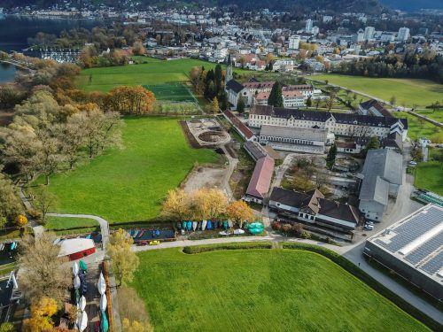 Für den zentralen Parkplatz werden bis auf das historische Stallgebäude alle landwirtschaftlichen Gebäude abgerissen. VN/Paulitsch