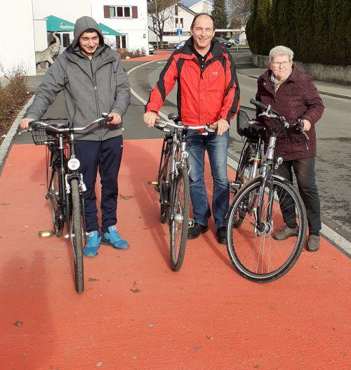 Gemeinderat Dietmar Haller (Mitte) freut sich über die Fertigstellung des neuen Radwegs in Lustenau. Haller