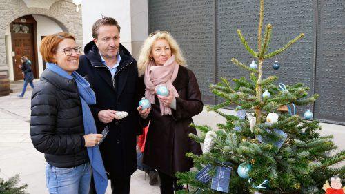 Heidi Mark (v.l.), Ambros Mayer und Eva Molnar-Thielmann beim Schmücken des inside-Dornbirn-Baums.lebenshilfe