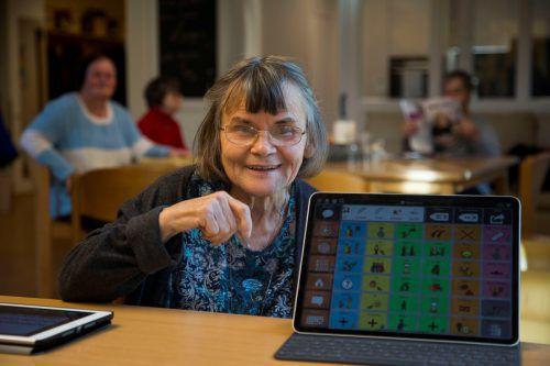 """Helga Nagel kann wichtige technische Hilfsmittel zur Verständigung nutzen, die über die VN-Sozialaktion """"Ma hilft"""" finanziert wurden. VN/Paulitsch"""