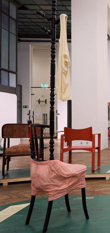 Herrendiener-Objekt von Uta-Belina Waeger in der Thonet-Ausstellung.MAK/Mayer