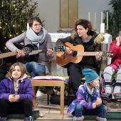 Singen vor der Krippe der Klosterkirche