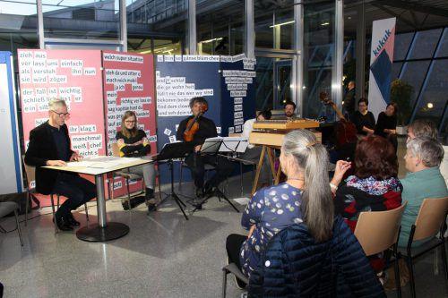 Im Gang des Krankenhauses Feldkirch wurde mit Musik und Lesung eine alpenländische Weihnacht gefeiert. Heilmann (2)